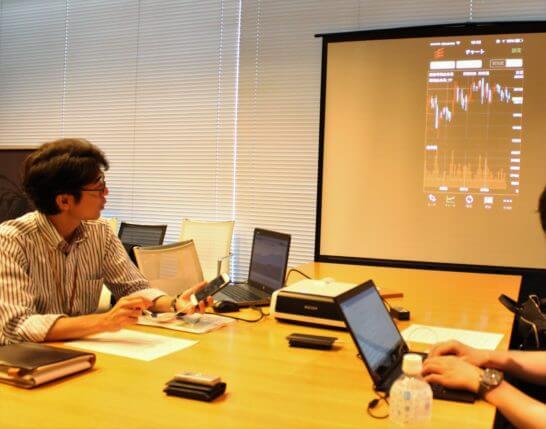 岡三オンライン証券のスマホアプリをモニターに写したところ