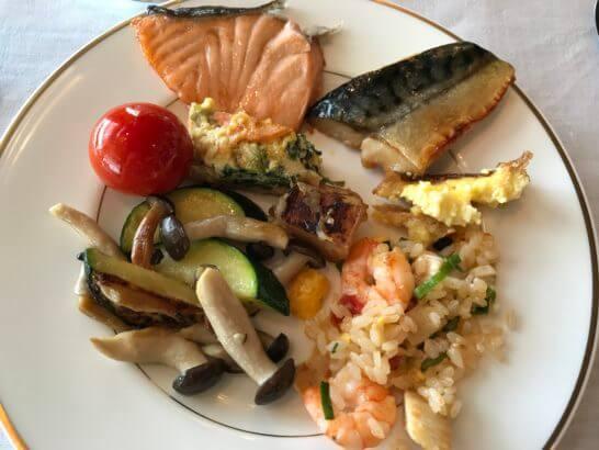 ザ・リッツ・カールトン東京の朝食 (魚・温野菜・チャーハン)