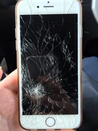 画面がヒビ割れで破損したiPhone