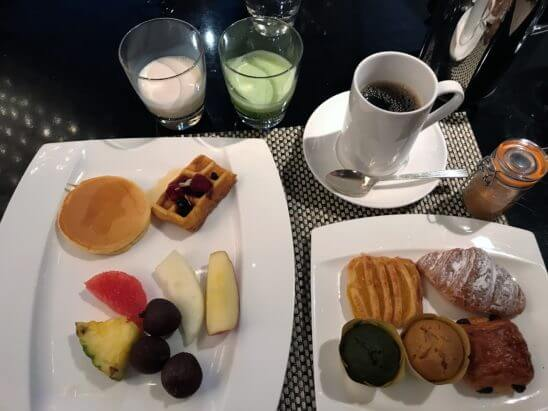 ANAインターコンチネンタルホテル東京の朝食のパン、フルーツ、スムージー、コーヒー