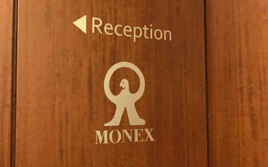 マネックス証券のレセプションを示す案内