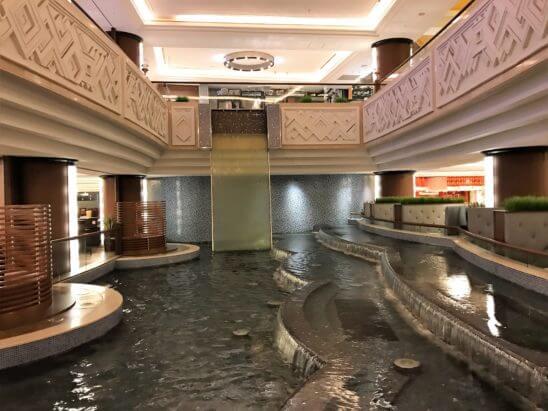 シェラトン・グランデ・トーキョーベイホテルの水辺