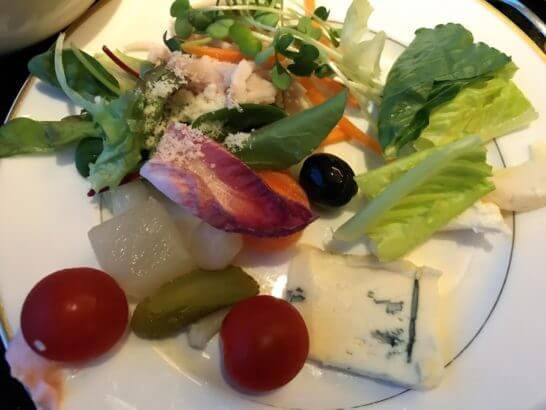 ザ・リッツ・カールトン東京のクラブラウンジのカクテルタイムのサラダ・チーズ