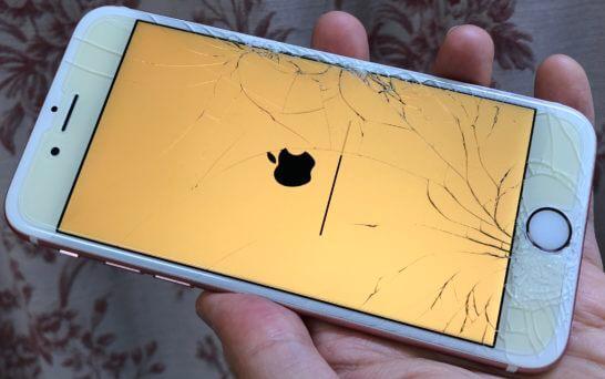 画面が割れて大きなヒビが入ったiPhone (1)