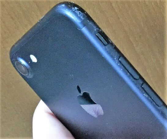 ブラックのiPhone 7の汚れ