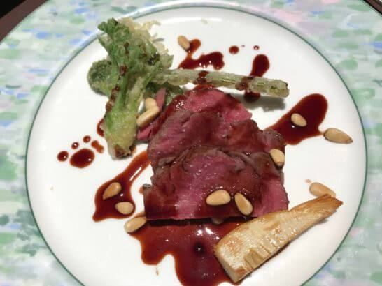 フルーツパーク富士屋ホテルの夕食のメイン料理(肉)