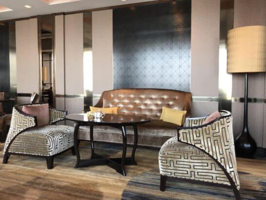 シャングリ・ラ ホテル東京のホライゾンクラブラウンジのソファー