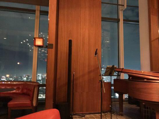 アンダーズ東京のタヴァンのピアノとソファー