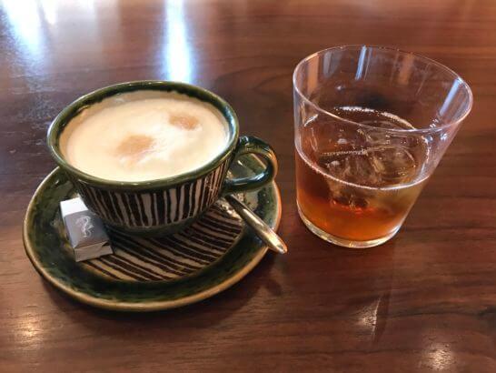 アンダーズ東京の宿泊者ラウンジのカプチーノとお茶