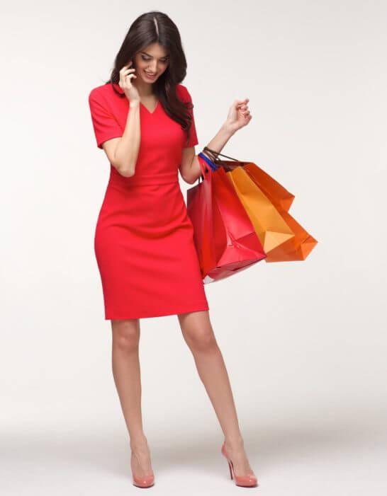 ショッピングの紙袋を持つ女性