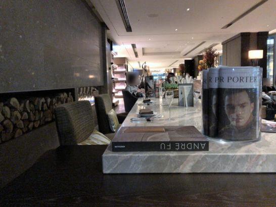 フォーシーズンズホテル丸の内 東京のMOTIFの店内(カフェゾーン)