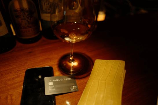 ワイングラスの下に置いたラグジュアリーカード(チタンカード)