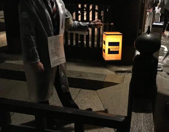 アメックスの夜間参拝イベントの案内スタッフ