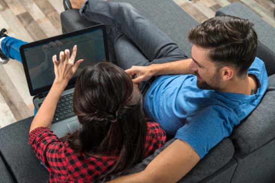 パソコンを見る男女