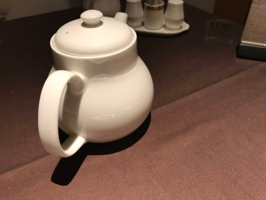 フルーツパーク富士屋ホテルの夕食(紅茶のポット)