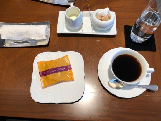 東京駅のビューゴールドラウンジの小菓子と特製コーヒー、おしぼり