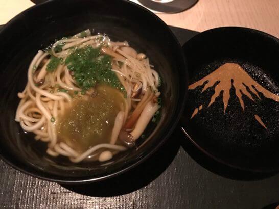 ひのきざかの稲庭うどん 暖かいキノコのお出汁で とろろ昆布 葱