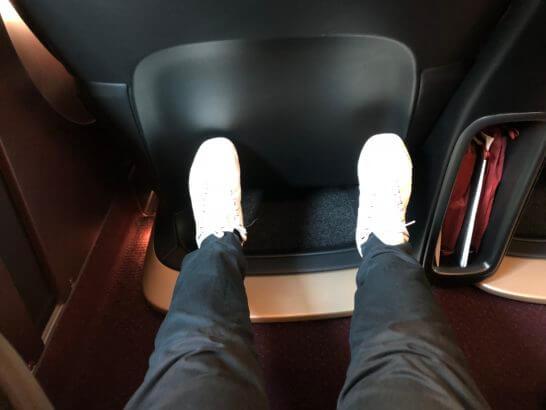 グランクラスの席に座って足を伸ばしたところ