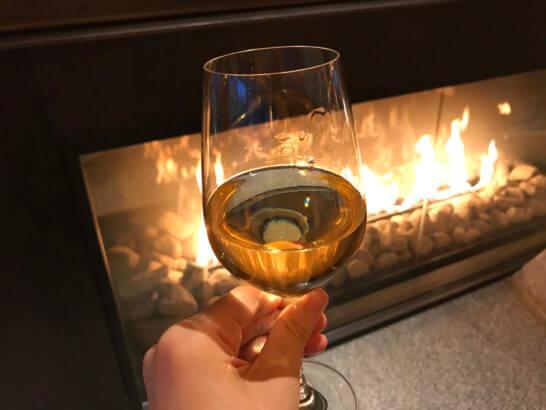 コンラッド東京のエグゼクティブ・ラウンジの暖炉の前での白ワイン