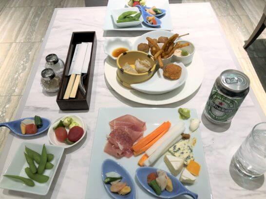琵琶湖マリオットホテルのカクテルタイムの食事とビール