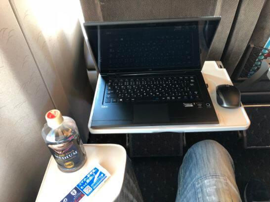 グリーン車の座席でPCとコーヒーをテーブルに乗せたところ