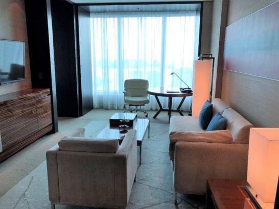 コンラッド東京のスイートルームのリビング