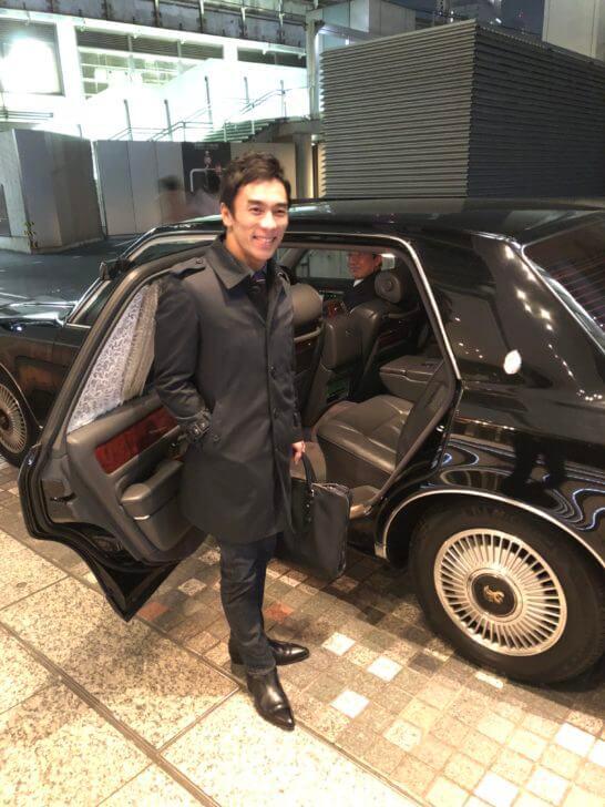 ラグジュアリーリムジンに乗る佐藤琢磨さん