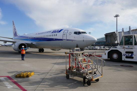 出発するANAの飛行機
