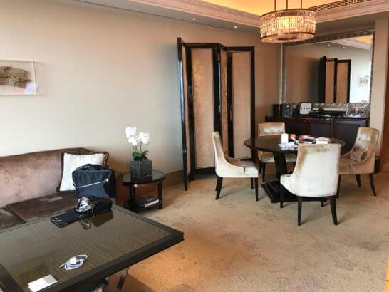 シャングリ・ラホテル東京のスイートルームのリビング