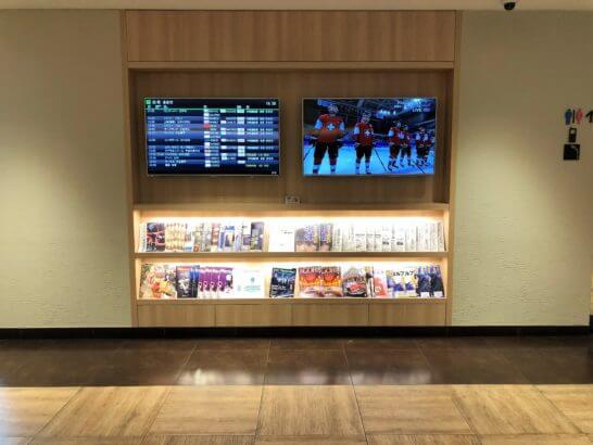 サクララウンジ(羽田空港国際線)の電光掲示板・雑誌・新聞