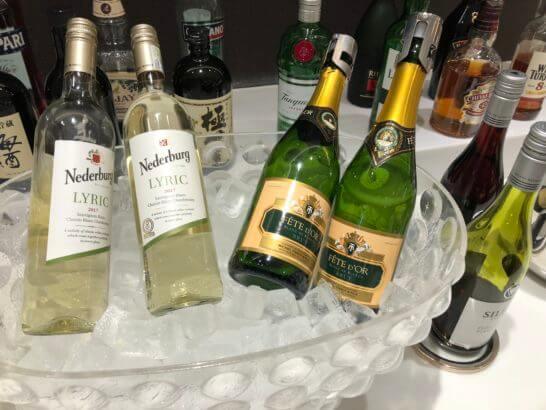 サクララウンジ(羽田空港国際線)のシャンパン、白ワイン