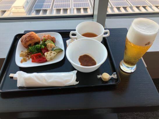 TIAT LOUNGE ANNEXのビールと食事