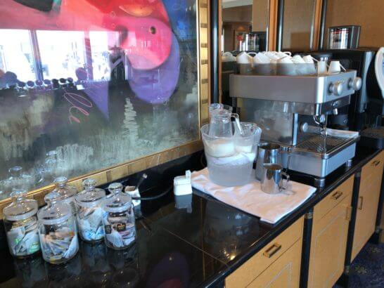 ウェスティンホテル東京のクラブラウンジの紅茶、ミルク、コーヒーマシン