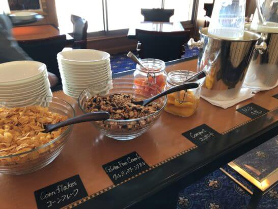 ウェスティン・エグゼクティブ・クラブラウンジの朝食 (コーンフレーク・グルテンフリーシリアル・コンポート・牛乳)