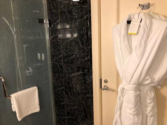 ウェスティンホテル東京のプラチナフロアのシャワールーム・バスローブ