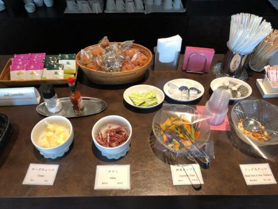 TIAT LOUNGE ANNEXのチーズ・サラミ・野菜チップス・ミックスナッツ・ドーナッツ・紅茶