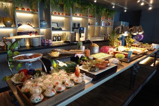 東京マリオットホテルのエグゼクティブラウンジのイブニングカクテルのフードコーナー