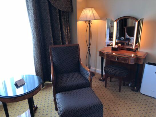 ウェスティンホテル東京のプラチナフロアのソファー・鏡