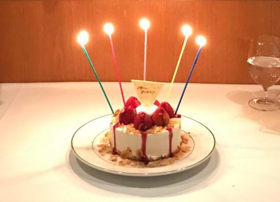 記念日のレストランでのバースデーケーキ