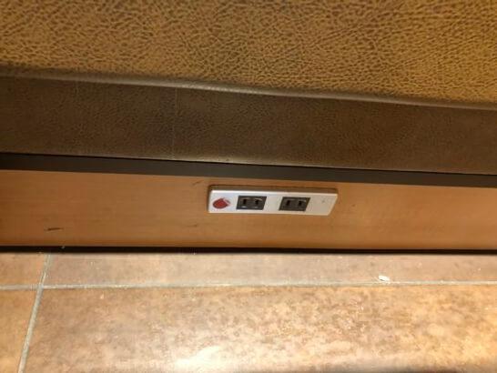 サクララウンジ(羽田空港国際線)のテーブル席の下の電源コンセント