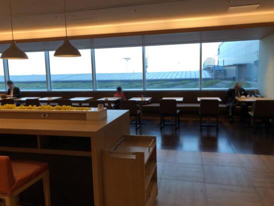 サクララウンジ(羽田空港国際線)の窓際の席