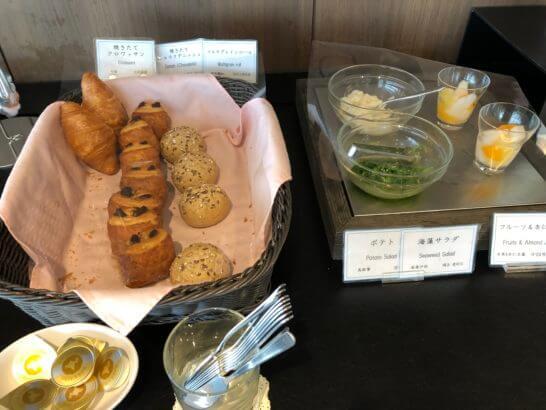 TIAT LOUNGEのパン・ポテト・海藻サラダ・フルーツ&杏仁豆腐
