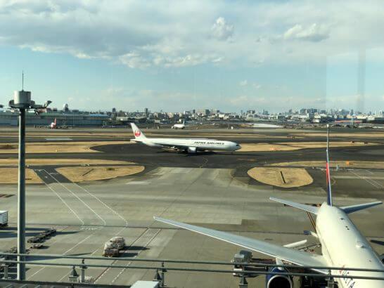 TIAT LOUNGE ANNEXの窓からの光景(JALの飛行機)