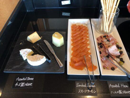 ウェスティン・エグゼクティブ・クラブラウンジの朝食 (チーズとハム盛り合わせ・スモークサーモン)