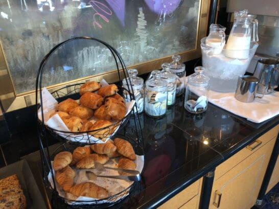ウェスティン・エグゼクティブ・クラブラウンジの朝食 (デニッシュパン・マフィン・ミルク)