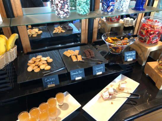 ウェスティンホテル東京 エグゼクティブ クラブラウンジのクッキー、グラノーラバー、チョコレート、野菜チップス、ケーキ、ゼリー等