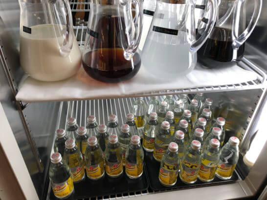 サクララウンジ(羽田空港国際線)の冷蔵庫(ミルク・烏龍茶・スポーツドリンク・コーヒー・炭酸水)