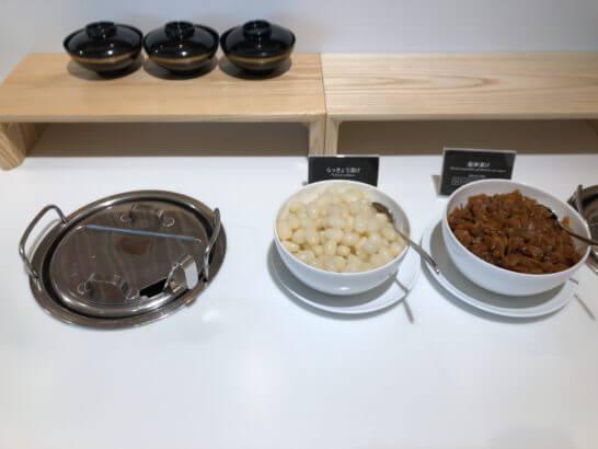 サクララウンジ(羽田空港国際線)の味噌汁とらっきょう、福神漬