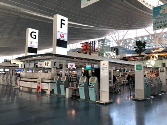 羽田空港国際線ターミナルのチェックインカウンター(JAL)