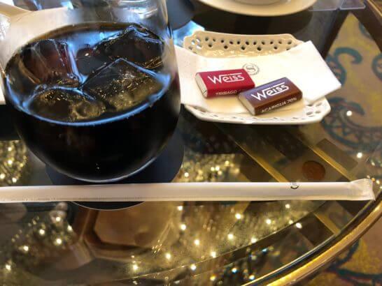 横浜ベイシェラトンホテル&タワーズのロビーラウンジのトアルコトラジャコーヒーと小菓子